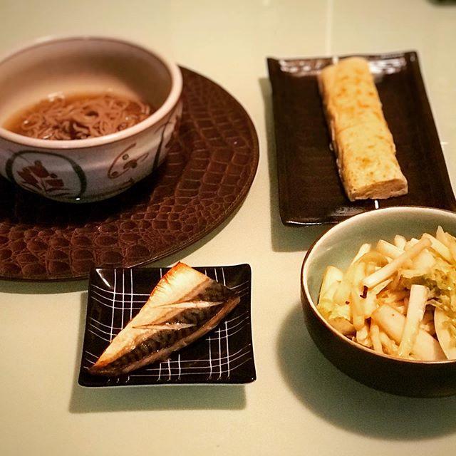 先日のステーキディナーから一転、和食が食べたい!でも今週は買い物に行かなかったので冷蔵庫はほぼ空。1切れの冷凍塩鯖と十割蕎麦を分けあって慎ましい夕食になりました。干し海老と青海苔のだし巻き卵と白菜の甘辛即席漬と。蕎麦湯に寒天を入れて葛餅風デザートも。意外とバランス食になった(笑) (Instagram)