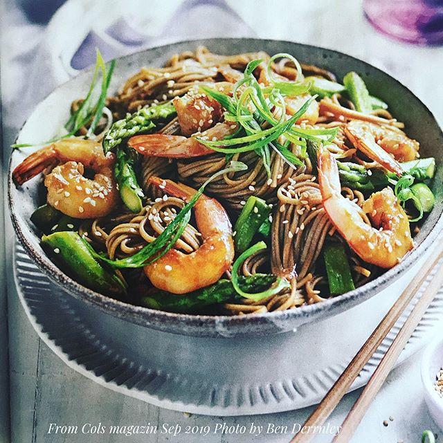 Colesマガジン今月号より。蕎麦や日本食材をプロモートしてくれるのは嬉しい。けれど、どんなに心をオープンにしようと思っても、私はこれは遠慮するわ。簡単に言えば砂糖かなり多めの冷やし中華のタレ(酢醤油味)を、茹でてから胡麻油をまぶした温かい蕎麦と照り焼きソース味で炒めた海老と野菜に和えた(のせたではなく!)感じ。中華麺で冷たければ何とか冷やし中華亜種として受け入れられたかもしれない?YoSushi 系日本食。イタリア人が柚子胡椒シラスなめこスパゲティは食べたくない感じなんだろうなぁ。うんうん、共感力が高まった。 (Instagram)