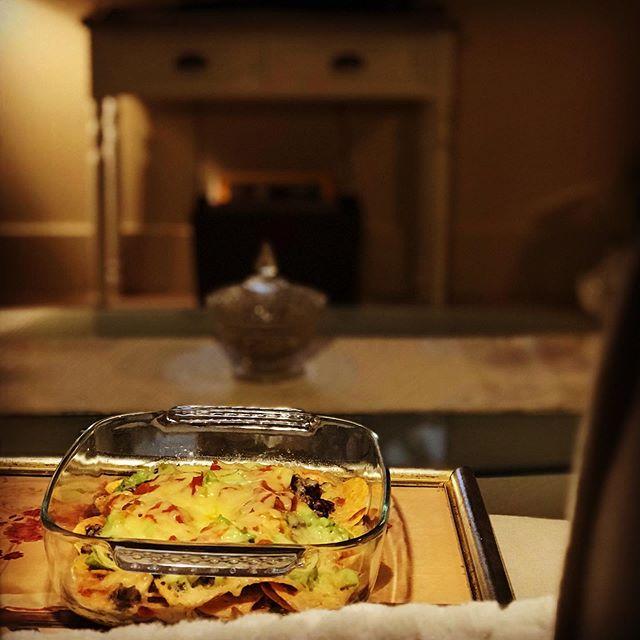 冬に逆戻りパース。風邪気味の日曜日の夜。5分クッキングのナチョスでTVディナー。結局あまり食べなかったけれど。 (Instagram)