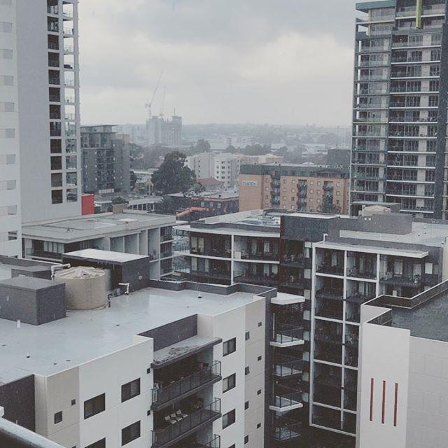 珍しく朝から土砂降りのパース。と、これを上げようとしているうちに晴れてきた(笑) さすがパース。最後に映っているのは柚子とメイヤーレモン🍋 ゆっくり着実に育っています。 (Instagram)