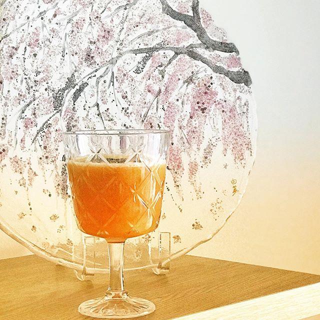 パースは春、日本だったら4月の終わりくらいだけれど、今年は20度切る日も多くて薄ら寒い。 久しぶりの生ジュース、昔作った枝垂れ桜のお皿と共に。Today's (Instagram)