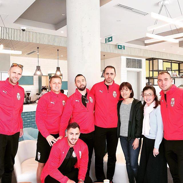 ミニサッカー選手と記念撮影したよEnglishCafe にて。毎回写真を撮り忘れるので、今日は始める前に撮った(笑)目の前にはミニサッカーの世界選手権?にために来ているセルビアの選手たちがまったり(これから試合なんだよね?) ミーティングをしているわけでもなさそうなので、カフェ参加2回目のマホちゃんに、「写真一緒に撮ってくれるか聞いてみ♪」と課題を振ろうかと思ったけれど(笑) 英語以外のハードル高いか?と思い厚顔無恥の私がお願いしました〜。 ミニサッカー(6人制)とは言えども、イケメンの優しいお兄さん達でしたよ!ありがとうイングリッシュカフェ、次は再来週19日土曜日です。日本人以外でも参加したいお友達がいたら誘っていいよ、と言ったので賑やかになったら嬉しいなぁ。 *日本語で質問したい人がいたらちゃんと別に時間を取りますので安心してくださいね。 (Instagram)