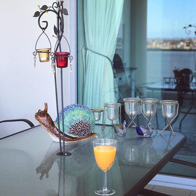 2020年もよろしくお願いいたします。とこき使っているジューサーにご挨拶。パターンが決まってしまうのであまり写真を撮らなくなっていますが、夏の朝食はほぼコールドプレスジュースです。パースではアプリコットが美味しい季節 #今年の杏は甘め#澄んだ空気に感謝 (Instagram)