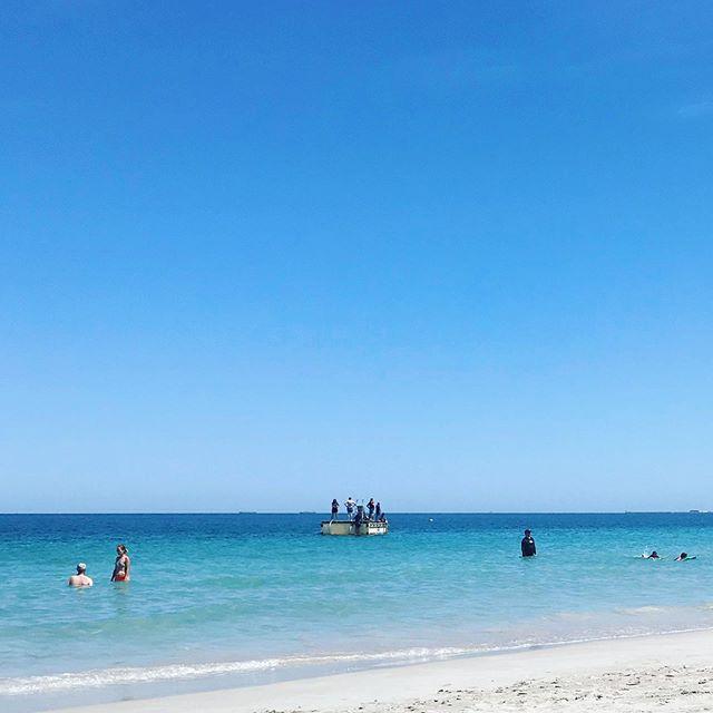 夏のパースに来て午前中のビーチで泳がないで帰ってしまうなんてものすごくもったいない。と、3年目にして気がつく。 #ラフトまで泳げたよ#日焼け対策だけは万全に#水泳用長袖T着用#ANA直行便#遠浅#エメラルドカラー#白い砂浜#午前中は波は穏やか#午後のビーチは風が出てきてしまう#海外生活#パース#オーストラリア (Instagram)