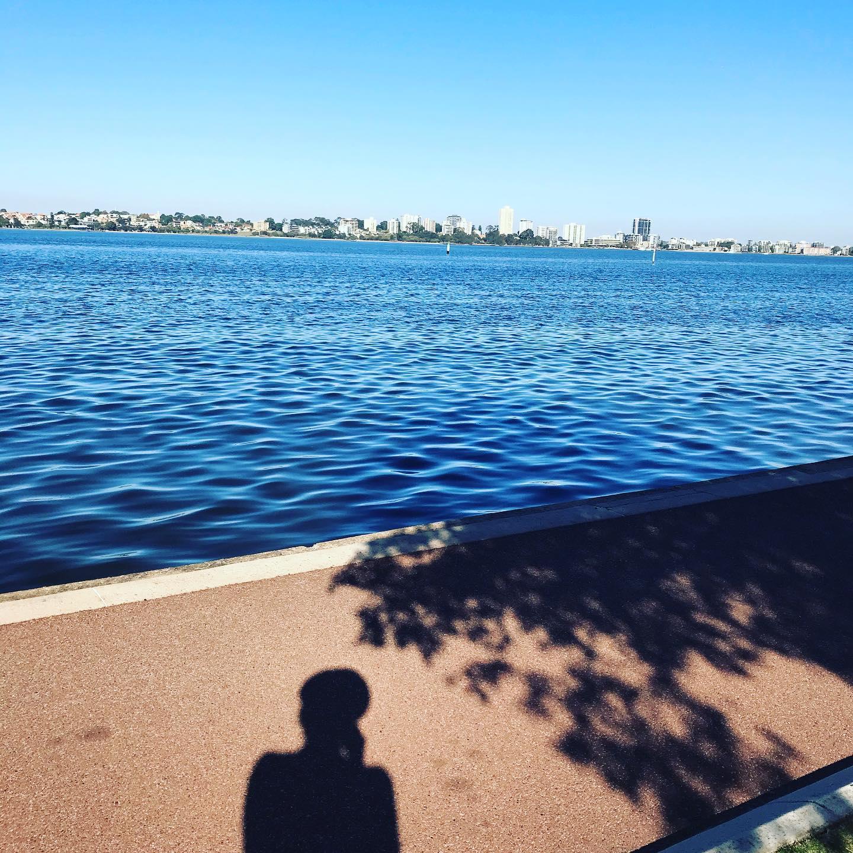 お友達を待って南岸までウォーキングスタート!家から出たの何日ぶりだろう?私は最短コース(笑)#パース生活 #秋晴れパース#スワンリバー#ウォーキング#ウォームアップ中#アサイボウルにつられて#パースのカウンセラー#福ぶろぐ (Instagram)