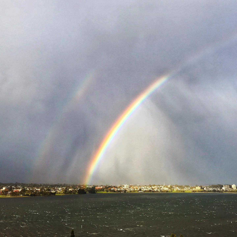 昨日からの嵐がまだ居座るパースの朝。白波が立つスワンリバーを眺めていたら大きな虹が。しかも二重でたもともくっきり。久しぶりに見た虹でした。ギフトをどうもありがとう。これが目に留まったあなたにとっても良い週になりますように。#目の前の幸せは追うのではなくただ受けとる#何事も何とか成るように成る!#そういう自分になるチャンス#心配や不安に囚われない日々を  #福ぶろぐ #https://yumi-m-barker.com/#購読会員募集中 | 福ぶろぐ#パース #オーストラリア #国際結婚 #海外生活 #夫婦仲 #悩み相談 #オンライン #対面#パースカウンセリング#perthjapanesecounselling#internationalmarriage#perth#perthmulticultural#australia #internationallifecommunications (Instagram)