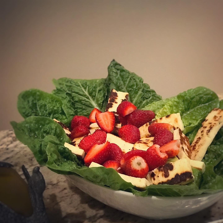個人的に大好きなハルミチーズと苺のサラダドレッシングはEVオリーブ油とハニーバルサミコで#デザートがある日#軽めの夕食 #ハルミチーズサラダ #アボカドも隠れています#ロメインレタスにのせて食べると前菜に#パースのカウンセラー #国際結婚夫婦円満#福ぶろぐ # yumi-m-barker.com (Instagram)