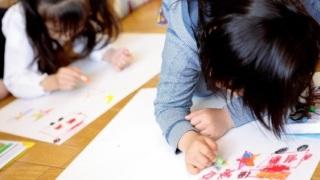 楽しく絵を描く子供